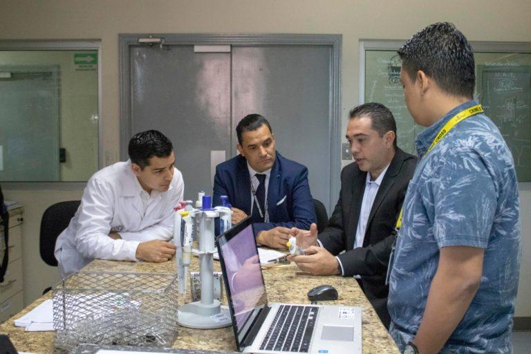 Foto de tico impartiendo curso a toxicologos