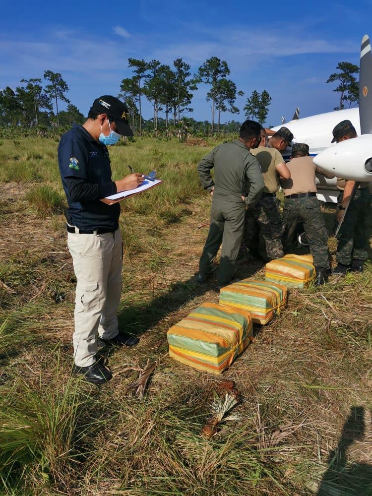 Tras inspección minuciosa FESCCO y ATIC encuentran otros tres fardos de supuesta cocaína en fuselaje de avioneta interceptada