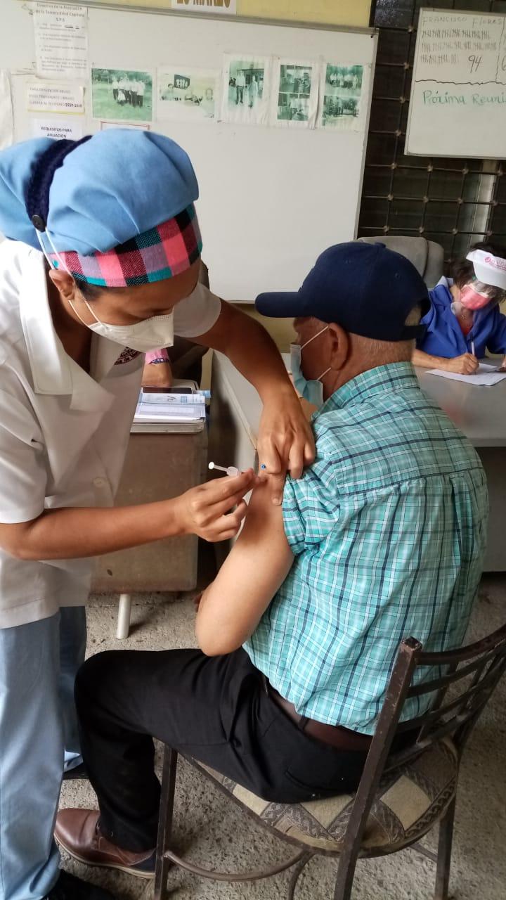 En OMEGA VI y gracias a gestión de fiscales aplican vacuna contra covid19 a miembros de la Asociación de la Tercera Edad